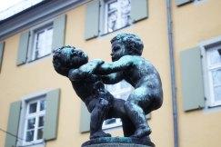 Gros match de catch entre deux bambins dodus. Ils ont de l'humour, les concepteurs de fontaines, à Fribourg...