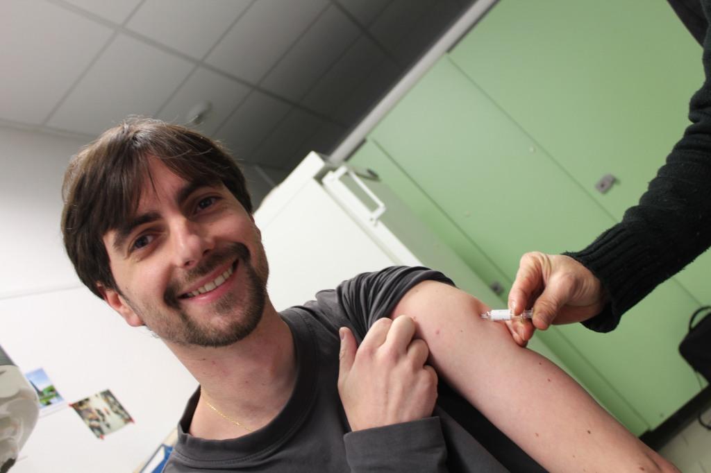 Manu est visiblement ravi de se faire injecter un vaccin contre la rage...