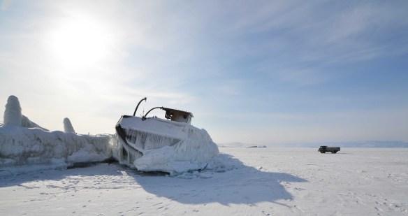 Le bateau, pris dans la glace, attend le dégel...