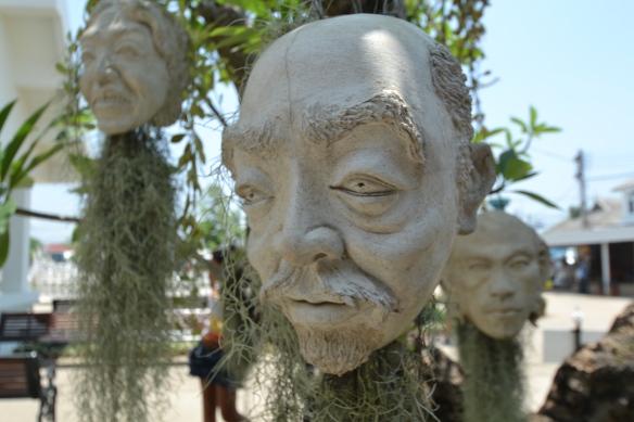 Un drôle de tête, au Temple Blanc tout proche de Chiang Rai.