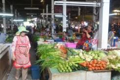 Un petit tour au marché... Où les copines rigolent bien.