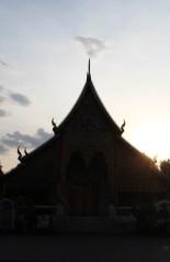 Un coucher de soleil sur un temple de Chiang Mai.
