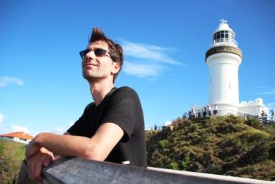 Manu sous le phare de Cap Byron