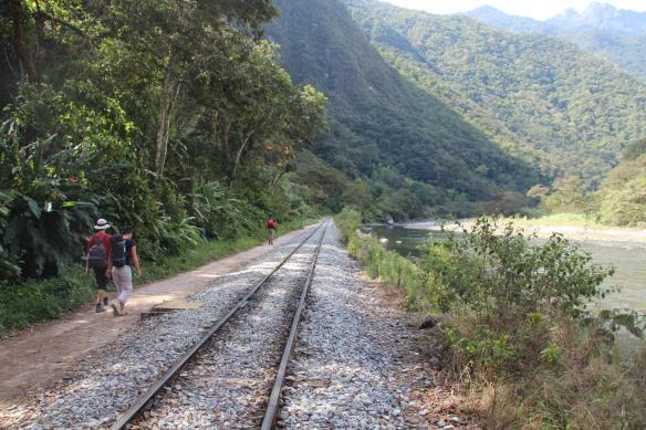 Le relief, les rails, le fleuve.