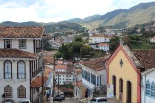 Ruelle d'Ouro Preto. A droite, un vieux théatre, à gauche, un hôtel qui doit aussi être bien vieux.