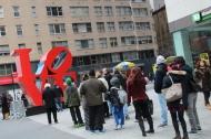 """Les gens font la queue pour se prendre en photo devant un gros """"Love"""". Bon."""